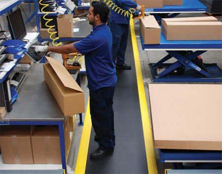 Arbeitsplatzmatte an Verpackungsstation