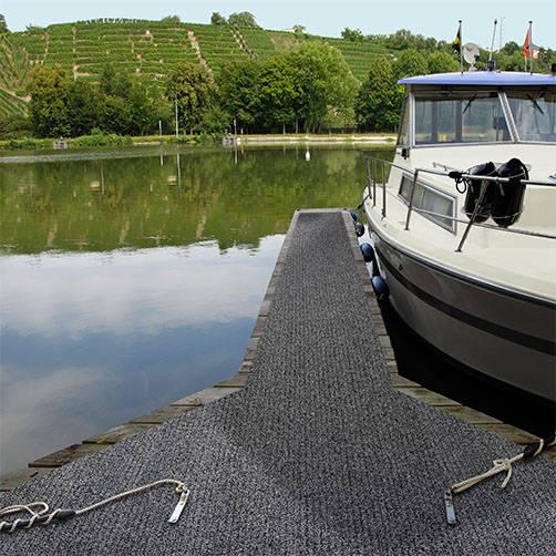 Sicherheitsmatte auf rutschigem Bootssteg